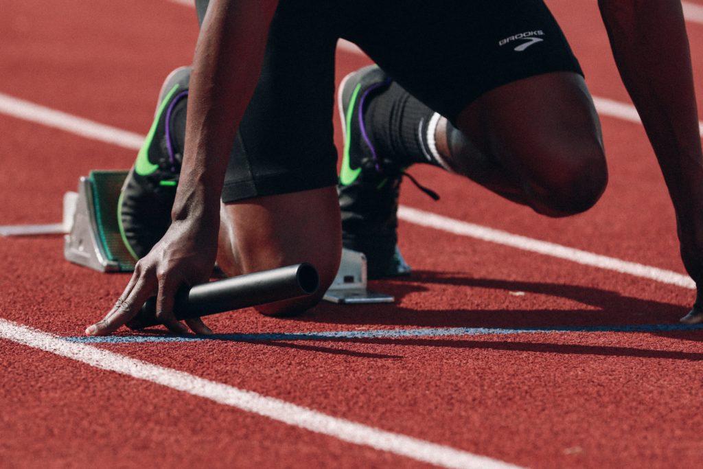 Läufer in Startposition für Sprint