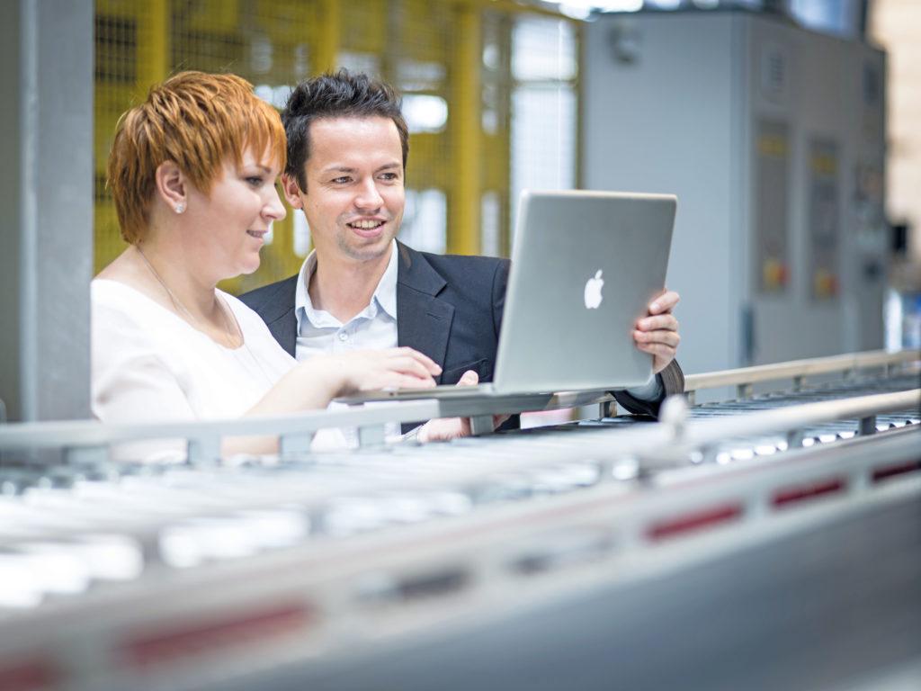 Imagefoto 2 MitarbeiterInnen mit Laptop