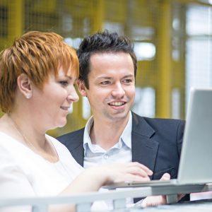 Zwei Personen mit einem Laptop