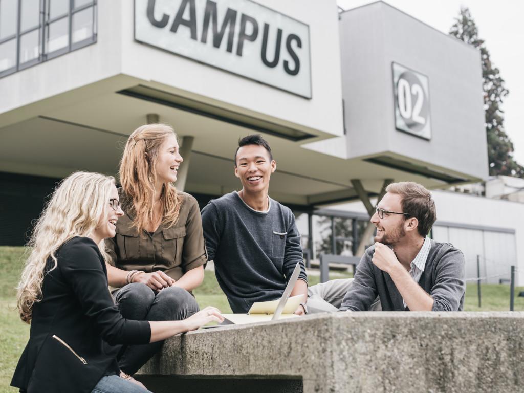 Studierende vor dem FH Gebäude