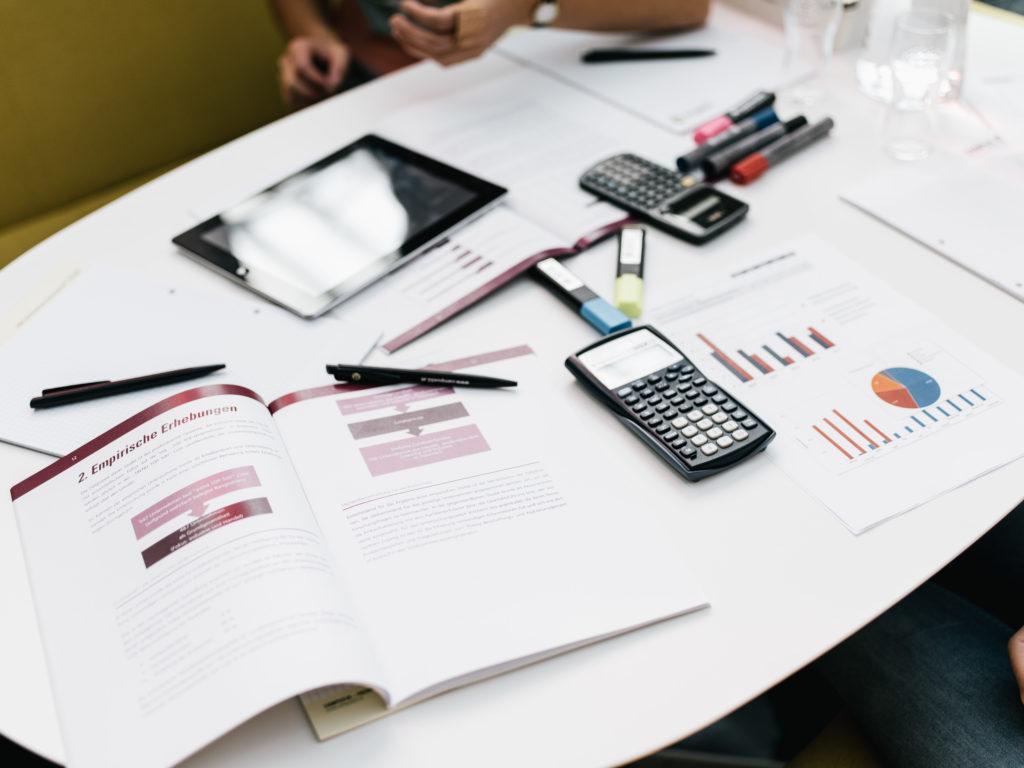 Tisch mit Lernunterlagen