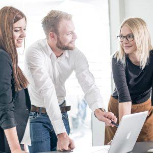 Drei Studierende lernen gemeinsam
