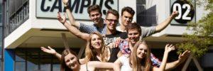 Imagefoto Studierende vor FH-Gebäude