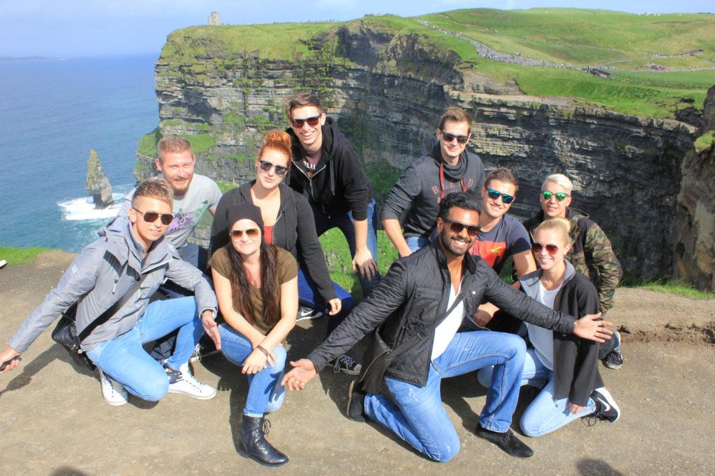 Gruppenbild vor der Kulisse der Cliffs of Moher